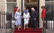 Toàn quyền Canada có 'vi phạm nghi thức ngoại giao' khi chạm người Nữ hoàng Anh?