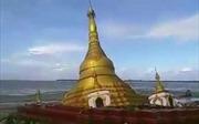 Khoảnh khắc ngôi chùa dát vàng sạt xuống sông tại Myanmar