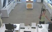 Cô gái xinh đẹp xách súng tiểu liên vào cửa hàng 'xin' điện thoại
