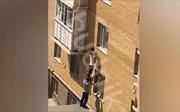 Cảnh giải cứu ngoạn mục em bé bằng 'kim tự tháp người'