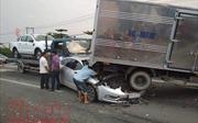 Tai nạn liên hoàn, xe con chui đầu vào đuôi xe tải, tài xế may mắn thoát chết