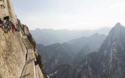 Du khách 'nhũn chân' trèo thang bộ trên vách núi dựng đứng hơn 2.000m