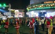 Xem clip các nghệ sĩ châu Âu trình diễn Carnival tại phố đi bộ Hồ Gươm