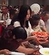 """Du khách Trung Quốc """"phát điên"""" vì tôm trong tiệc buffet"""