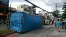 Ôm cua đâm vào dải phân cách, xe container lật ngang