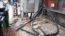 Dây điện, dây cáp 'giăng bẫy' người dân trên phố ở Hà Nội