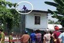 Thanh niên nghi ngáo đá cầm gạch đe doạ, cố thủ trên mái nhà