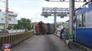 Xe tải gây tai nạn ngay giữa trạm thu phí