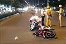 Xe máy lưu thông trong làn xe ô tô tôngchiến sĩ CSGT nhập viện