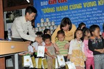 Báo Tin tức phối hợp tặng 600 suất quà tại Điện Biên