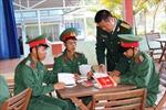 Tặng sách cho chiến sĩ nơi hải đảo