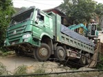 Sập cầu do xe tải chạy qua