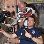 Phi hành gia cạo trọc đầu trên ISS vì thua độ bóng đá