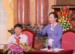 Phó Chủ tịch nước Nguyễn Thị Doan trao học bổng cho em có hoàn cảnh khó khăn