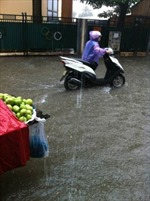 Cơn mưa rào khiến Hà Nội ngập cục bộ