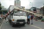 Xe tải húc bay thanh chắn cầu vượt Láng Hạ - Thái Hà