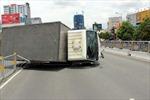 Xe tải lật trên cầu vượt Hàng Xanh