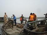 Tạm giữ 4 tàu khai thác cát trái phép trên sông Đuống