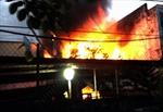 Cháy nhà, khu phố hoảng loạn chạy đồ đạc