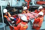 Khẩn trương cứu nạn thuyền viên bị tai biến trên biển