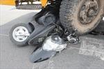 10 xe máy bị xe cẩu cuốn vào gầm khi chờ đèn đỏ