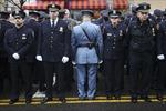 Hàng trăm cảnh sát New York quay lưng thể hiện bất mãn