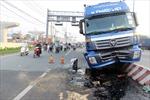 Xe container 'ngồi' dải phân cách, xa lộ Hà Nội kẹt cứng