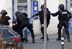 Tay súng bắt con tin trong bưu điện gần Paris đầu hàng
