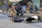 Xe máy tông nhau, 2 người nhập viện cấp cứu