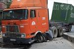 Xe container nổ lốp húc bay dải phân cách