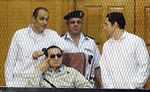 Cựu Tổng thống Ai Cập Mubarak hầu tòa cùng hai con trai