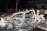 Xe Camry bốc cháy dữ dội, tài xế bỏ mạng