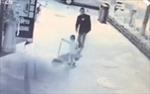 Phẫn nộ bé 3 tuổi bị đánh dã man trên phố