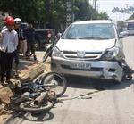 Gây tai nạn chết người, ô tô kéo lê xe máy 3km