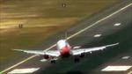 Máy bay chật vật hạ cánh vì gió to