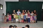 Cặp nữ hoàng ảo thuật thế giới biểu diễn cho trẻ em làng SOS Hà Nội