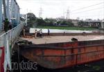Sà lan 'đội' cầu Bình Lợi, đường sắt Bắc Nam tê liệt