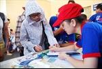Sinh viên tình nguyện đội nắng hỗ trợ thí sinh