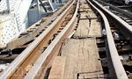 Xà lan đâm lệch đường ray cầu Bình Lợi
