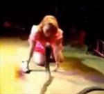 Ca sĩ bị rắn hổ mang cắn chết trên sân khấu