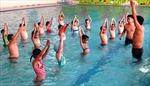 Khó khăn vận động trẻ học bơi