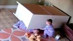 """Bé 2 tuổi thành """"siêu nhân"""" đẩy tủ cứu anh"""