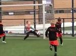 Bất ngờ pha độc diễn của 'Messi' 5 tuổi nhà lão tướng Dirk Kuyt