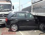 Ô tô chui vào gầm xe tải, hai vợ chồng thoát chết