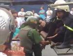 Cảnh sát dùng xe thang giải cứu thanh niên nghi ngáo đá đu mình trên dây điện