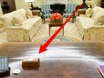 Chiếc nút đỏ bí ẩn trên bàn làm việc của Tổng thống Mỹ Donald Trump
