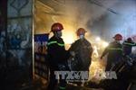 Dập tắt đám cháy tại tiệm sửa xe máy ở thành phố Long Xuyên, An Giang