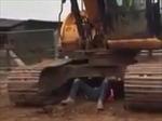 Sửng sốt cảnh người đàn ông tay không nâng máy xúc 30 tấn