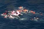 Khoảnh khắc kinh hoàng của người di cư trên con thuyền cháy dữ dội giữa biển