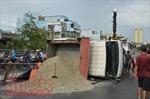 Xe tải chở cát lật ngang trên cầu vượt, giao thông ùn ứ nghiêm trọng